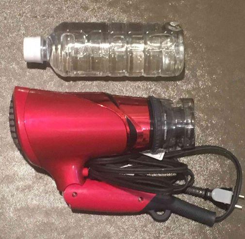 テスコムドライヤーTID930の大きさをペットボトルと比較してる写真