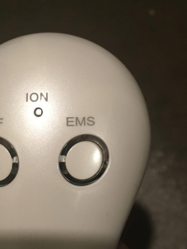 エステナードリフティのEMSモードボタンの写真