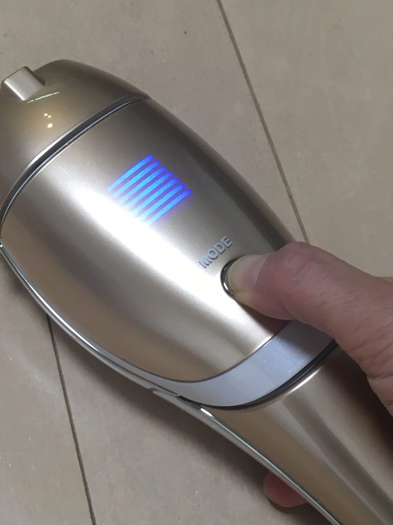 ヤーマン脱毛器レイボーテの電源/モードボタンの写真