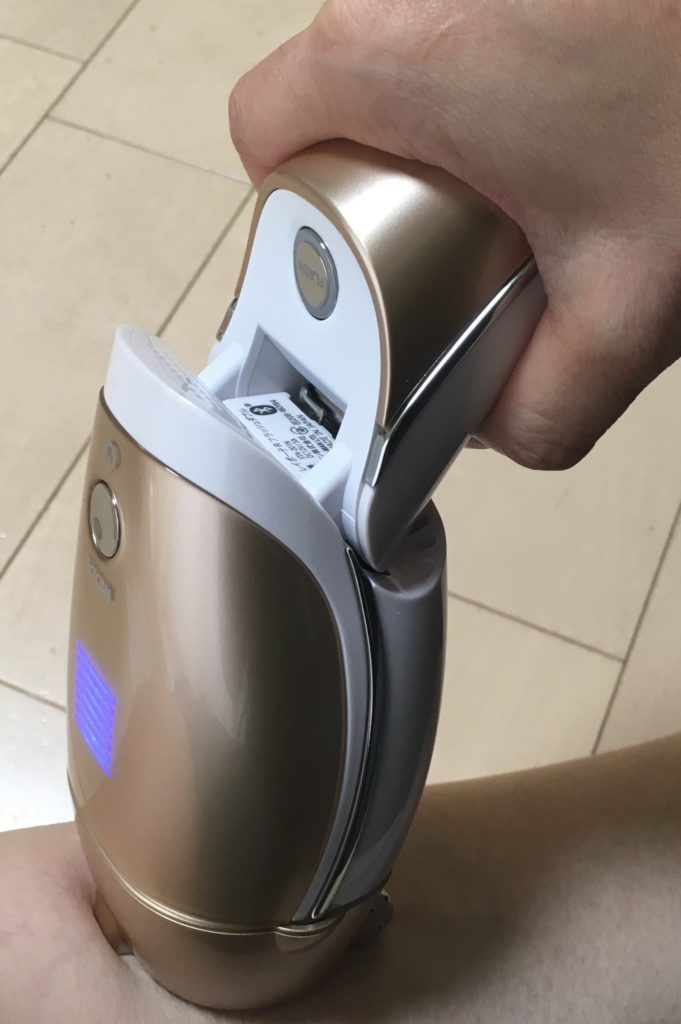 ヤーマン脱毛器レイボーテRフラッシュのフラッシュボタンの写真