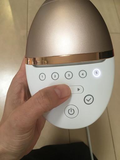 照射レベルを決めるためにボタンを押している様子